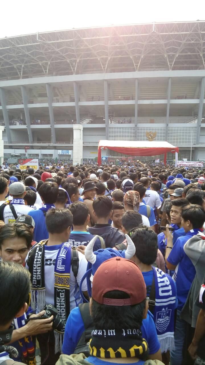 Bobotoh mulai memadati stadion GBK / destinasi bandung