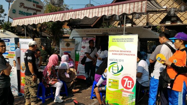 Masyarakat sedang mengurus sertifikat tanah di mobil keliling BPN Bandung